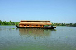 FOUR BEDROOM AC DELUXE HOUSEBOAT